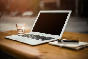 MacbookAir auf einem Holztisch