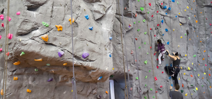 Zwei gesicherte Kletterer an einer Kletterwand